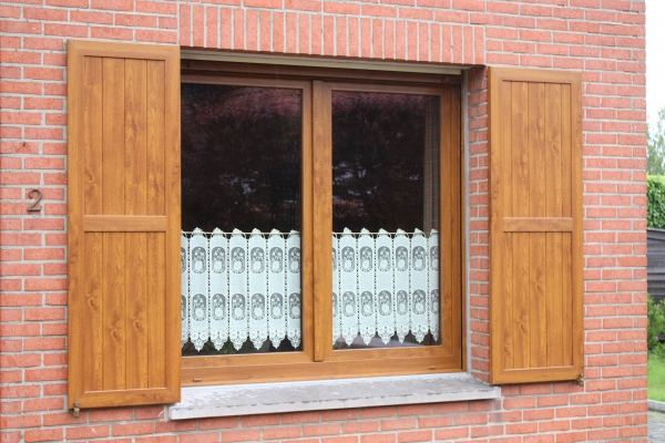 Volets en PVC imitation chêne doré