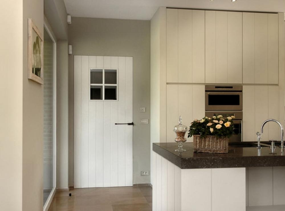porte en bois peint avec fenêtre à croisillons