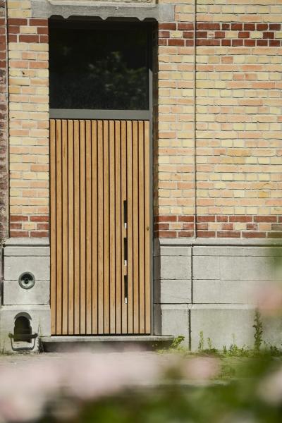 Porte en aluminium avec bardage en bois