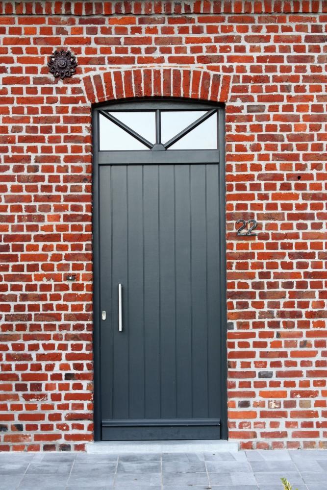 Porte rainurée en bois meranti peint