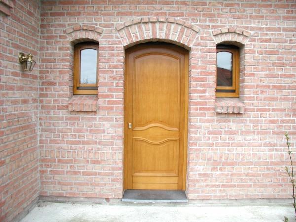 Porte en bois brun clair